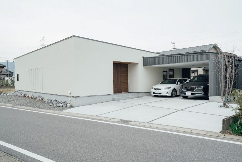 プライベート空間な中庭とガレージのある家